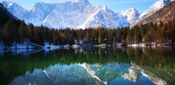 Landschaft mit See und Bergen im Hintergrund